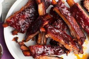 Классика американской гриль-кухни: свиные ребрышки