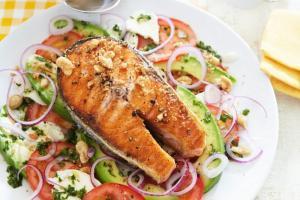 Горячий салат с рыбой. 3 рецепта
