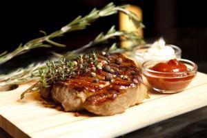 М'ясо для гриля: свинина або яловичина